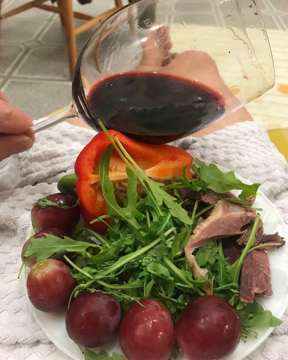 Outstanding #wine and light snack – this is a good evening with Ca'Botta! ? Un ottimo #vino con un piatto delizioso – buona serata con Ca'Botta #cincin