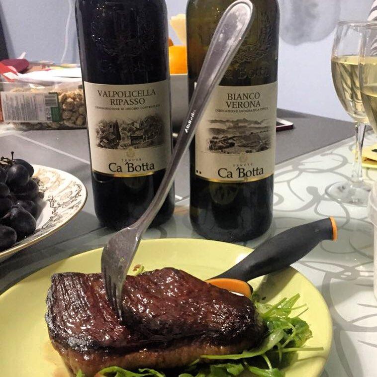 White or red? Fans of Ca'Botta wines prefer both – for a juicy steak, and simply as an aperitif. Do you have a favorite wine? Or do your preferences depend on the selected dishes – meat, fish, or cheeses? ?  Bianco o rosso? Fans di Ca'Botta preferiscono entrambi – da abbinare alla bistecca o come un aperitivo. Qual ? il vostro vino preferito? E se scelta dipende dal pasto da abbinare? Cin-Cin