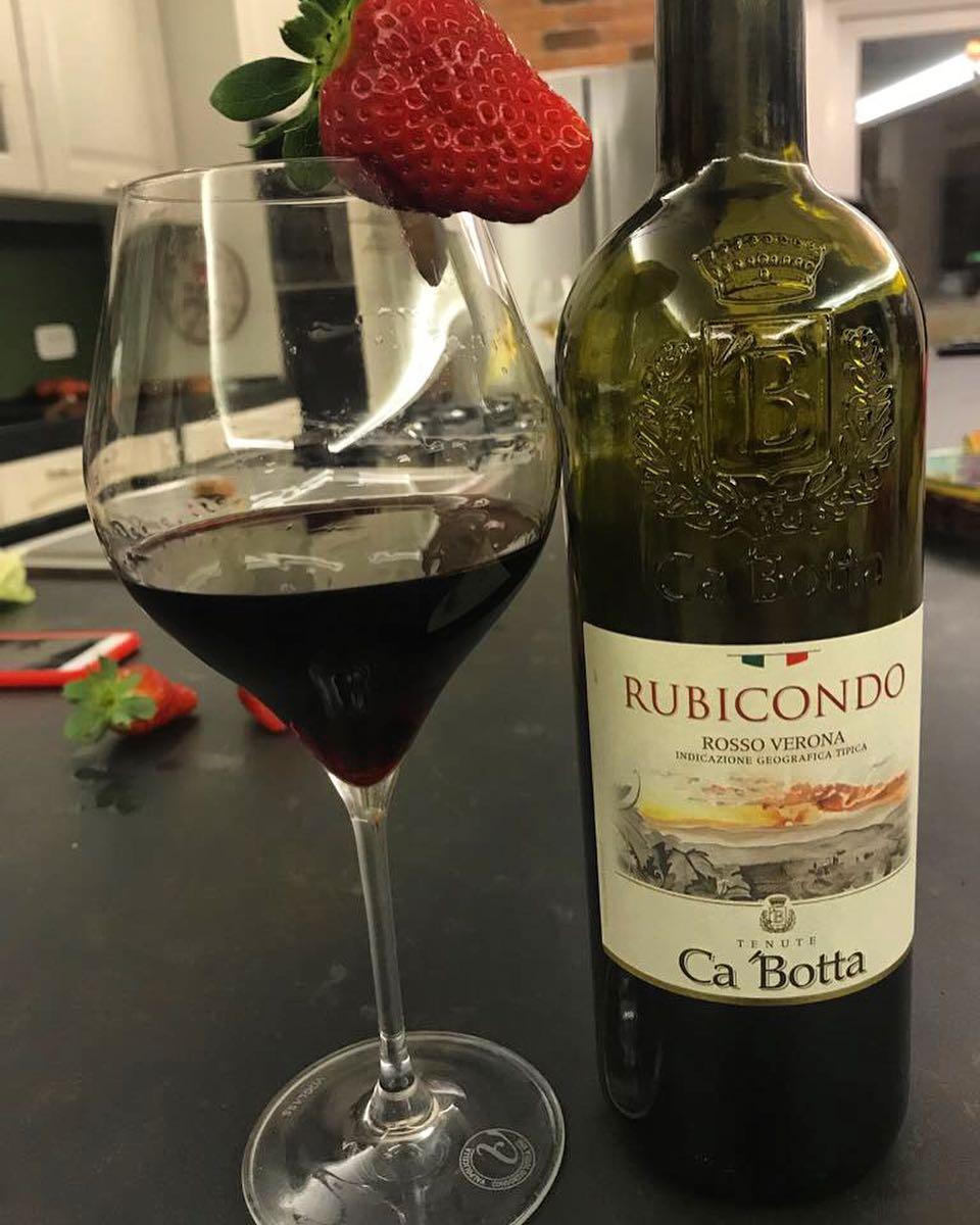 Light dinner with traditional Ca'Botta wine from Verona. Easily! 🍷  Una cenetta leggera con un rosso Ca'Botta di Verona. Mmm al bacio!