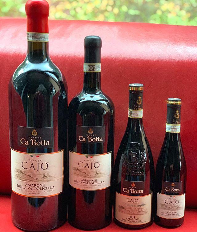 #amarone #Cabotta Riposano sul divano rosso